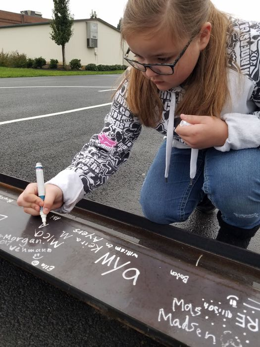 4th graders sign steel beam
