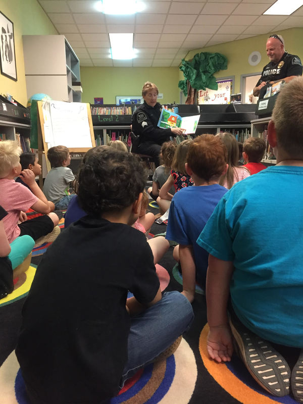 Police Officers Read to Students